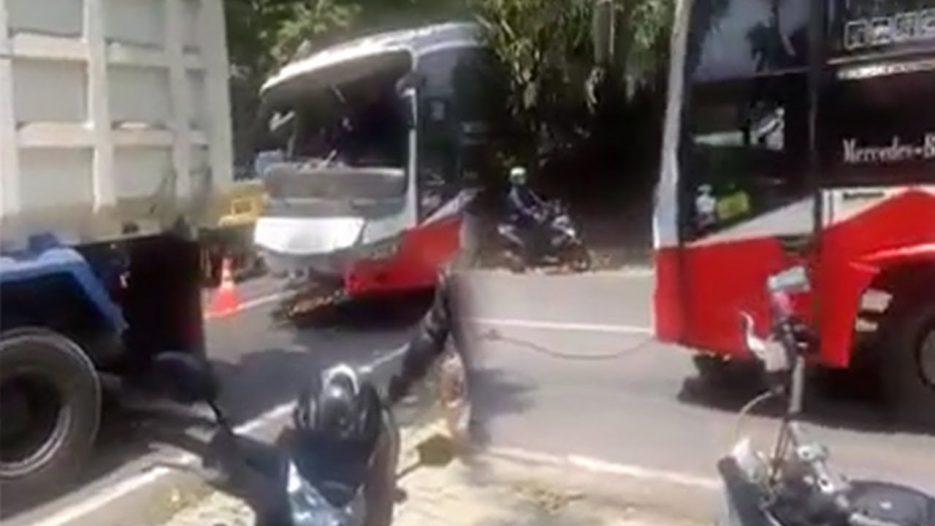 Detik-detik Bus Mundur Tak Terkendali karena Tali Derek Putus, Warga Tewas Tertabrak