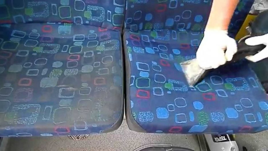 Čištění sedaček v autobusu/ Bus seats cleaning