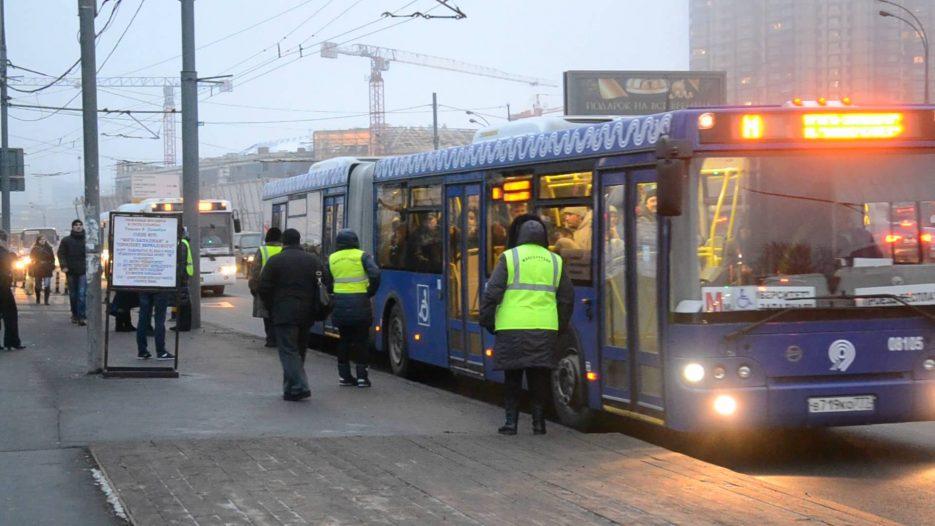 Автобусы в Москве работают без турникетов с комментариями