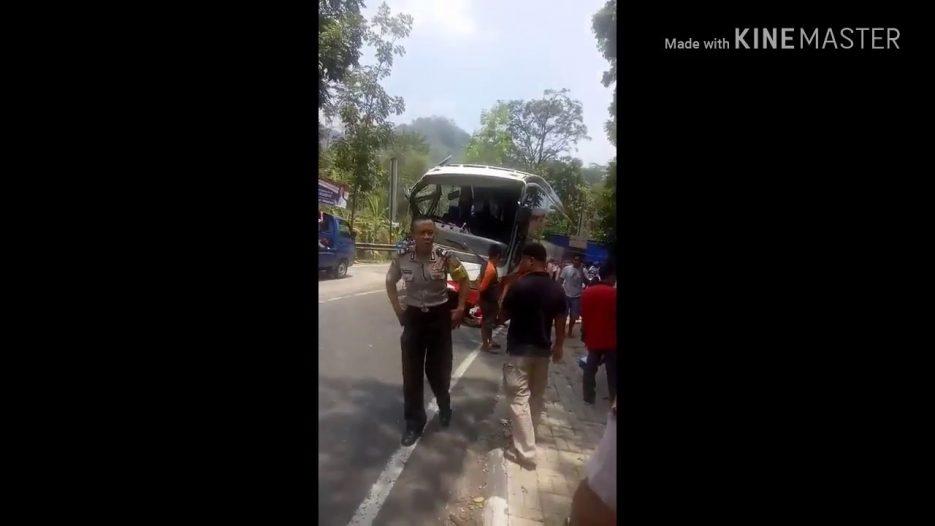 Ngeri !!!! Kecelakaan Bus, saat derek bus di tanjakan terjal, tali derek putus