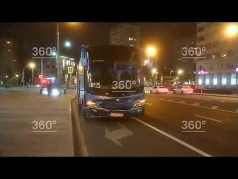Автобус въехал в такси в центре Москвы