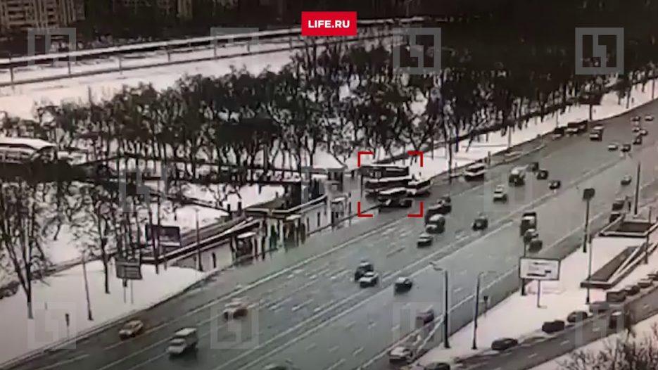 Автобус протаранил группу людей на Славянском бульваре в Москве