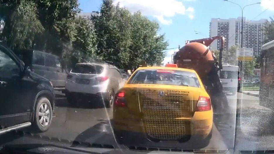 Грузовик с фекалиями взорвался в Москве: затоплены улица, машина и автобус
