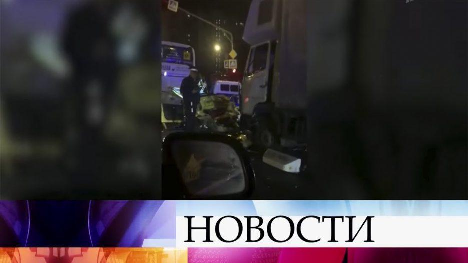 Грузовик протаранил шесть автомобилей и автобус на Варшавском шоссе в Москве.
