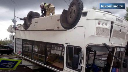 Маршрутный автобус перевернулся после автоаварии с Ford Fusion