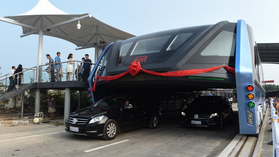 Awesome! China's futuristic «straddling bus» launches 1st road test