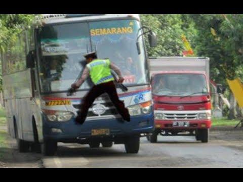 Cuma Di Indonesia, Sopir Bis / Bus Berani  Seperti Ini … ( Only Happens in Indonesia )
