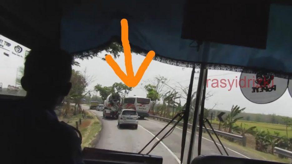BUS sugeng rahayu sundul bus mira ampe memaksakan ngeblong lari ngacir mosak masik parah jam mepet