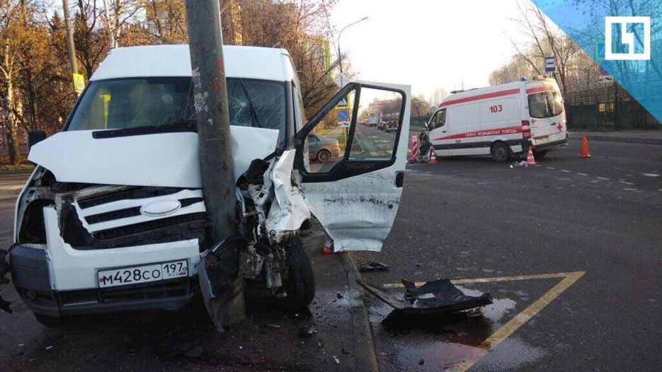 Школьный автобус врезался в скорую в Москве
