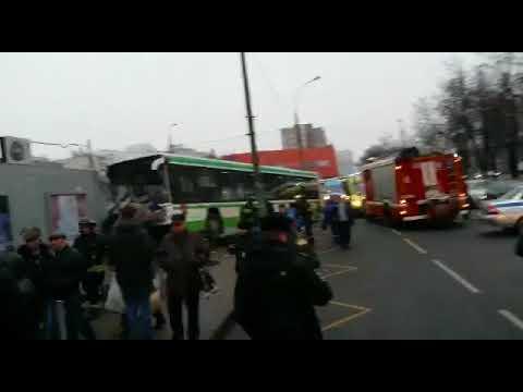 Автобус въехал в остановку на Сходненской улице в Москве