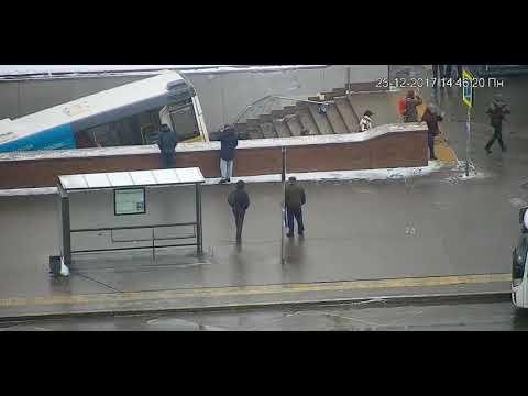 Славянский бульвар 25 12 17  Автобус давит людей Москва