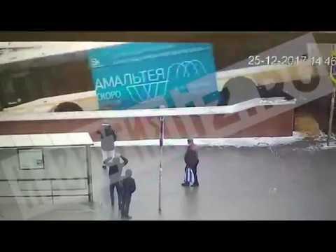 Видео наезда автобуса на пешеходов в Москве на Славянском бульваре