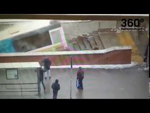 Момент въезда автобуса в подземный переход в Москве попал на видео
